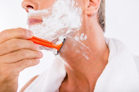 shaving-with-mens-disposable-razors